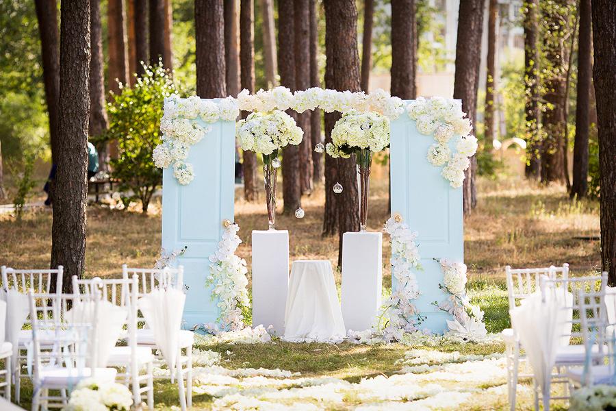 Украшение дверей на свадьбу фото